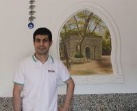 Mehmed Kabukcu vor dem Wandgemälde im Döner-Restaurant